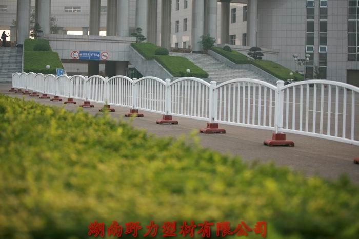 供应欧式铁艺大门 供应坚固锌钢阳台栏杆
