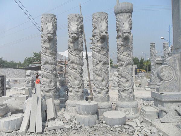 寿山石雕始于南朝,盛于清代,康熙年间的杨玉璇以古朴见长,周尚均以精巧取胜,嗣后发展形成东门与西门两支艺术流派。周宝庭的寿山石雕艺术不但继承了东门派的精巧剔透,而且吸收了西门派的古拙扑茂,精华合璧。周宝庭的作品古朴、精巧、传神,追求天工合一的境界,形成了独特的艺术流派,被人们称之为周宝庭寿山石雕艺术。 几千年儒家思想的熏染,中国人的感情较含蓄,常寄情于物,借物抒情。寿山石为人们提供了品赏与磨砂的双重性。周宝庭的石雕小品就具备了这种特性。 寿山石的悄色,固然让人赏心悦目,而别出心裁的构思,将石之色彩与雕