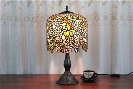 帝凡尼灯饰它以独特的工艺,丰富的色彩,把绘画艺术,金属加工溶为一体,用彩璃演绎我们的时尚居室,带给我们一个全新的感受;它具有良好的装饰效果,特别是室外有阳光照射时,室内五光十色,别具一格。 欧式铁艺灯和帝凡尼灯:将精湛的现代工艺与高雅、古典的情趣融为一体,为现代生活点缀出一缕温文尔雅、古色古香的风情。
