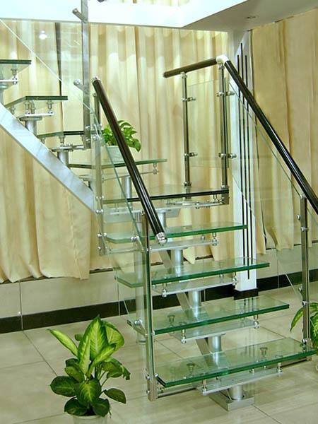 钢木楼梯,*便宜的3000左右, 一般套管的,象木板的就 4000 多块钱