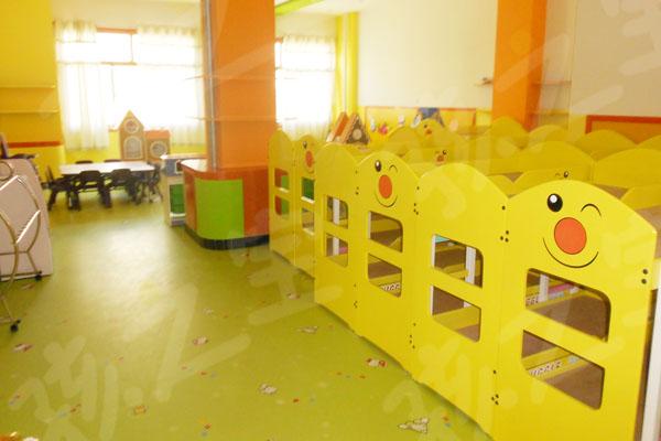YOSO优尚童趣地板是专为少年儿童开发的一种高质量的PVC卷材地板,能够满足各种儿童活动场所的使用要求,广泛适用于家庭、幼儿园、社区活动中心、小学、儿童嬉戏活动中心等。 她长久漂亮 YOSO优尚童趣地板图案美丽丰富、充满童趣。深受小朋友喜爱。表面的多款卡通图案均由特殊工艺处理,不怕划刮,历久弥新。 她健康清洁 YOSO优尚童趣地板采用环保材料制成,实质上PVC本来就是许多医用器材及食用器皿的一种常用材质。从根本上杜绝了小朋友们受甲醛和各种辐射性物质的伤害。另外,我们YOSO优尚童趣地板表面用一般只在实验室