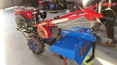 手扶拖拉机主要采用加重型底盘,强劲的变速箱.图片
