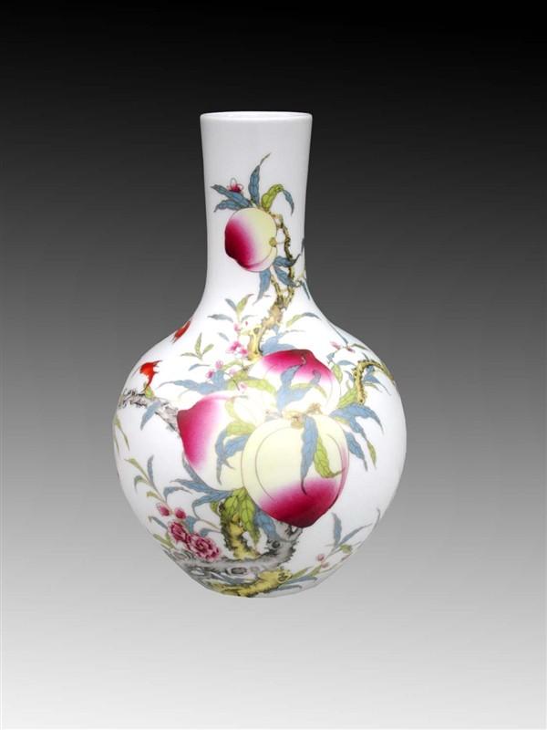 用民族纹样设计的花瓶