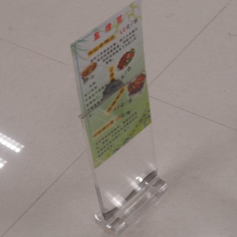 亚克力餐牌产品介绍 材质:透明亚克力(压克力、有机玻璃) 工艺介绍:开料+激光雕刻+热弯+拼接 包装方式:一个产品入一个汽泡袋,4个入一个单坑内盒,再批量入双坑外箱 亚克力材料的保养步骤 *一步清洗:亚克力(有机玻璃)制品,若无经特殊处理或添加耐硬剂,则产品本身易磨损、刮伤。故对一般灰尘处理,可以用鸡毛掸或清水冲洗,有机玻璃再以软质布料擦拭。若表面油污之处置,可用软性洗洁剂加水,以软质布料擦洗之。 第二步打蜡:欲要产品光鲜亮丽,有机玻璃 可使用液体抛光腊,以软布均匀擦拭即可达到目的。 第三步黏着:若制品不