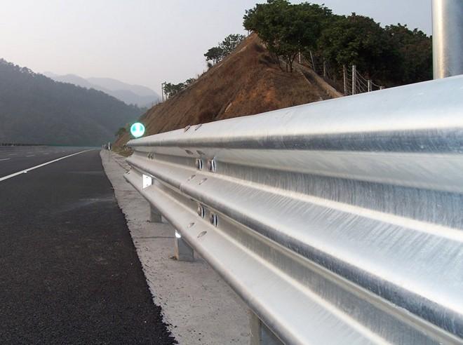 厦门波形梁护栏板高速公路护栏板波形防护栏厂家