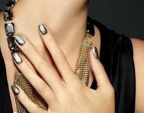 闪耀着奢华的金属质感时尚美甲,欧美风格,在灯光下够炫目,绝对可以使