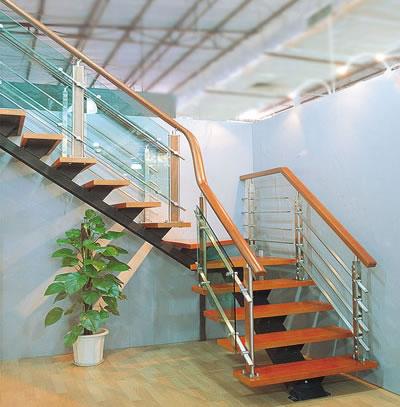 全钢结构的楼梯价格最低,全木质楼梯最贵,玻璃楼梯的价格因玻璃质量而