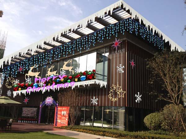 陕西中利建筑装饰有限公司是从事酒店、商场、会场、酒吧、休闲会所、写字楼、办公室、高档住所等场所圣诞、春节场景布置的专业团队,我们从成立至今已有多年的历史了;为这个美丽而活力的城市增添了一道道风景线。这些年来我们不断进取,吸取国内外布景精华;引进国际*新设计理念,让您的节日气氛高雅别致,与众不同 快捷设计:只要您将需要布置的场景环境图片及要求传送给我们,我们将在很短的时间之内完成为您设计的多种方案。   供装饰用品:提供各类场所节日布置所需的各种装饰用品,产品新颖,规格齐全。    现场安装:对于节日布置