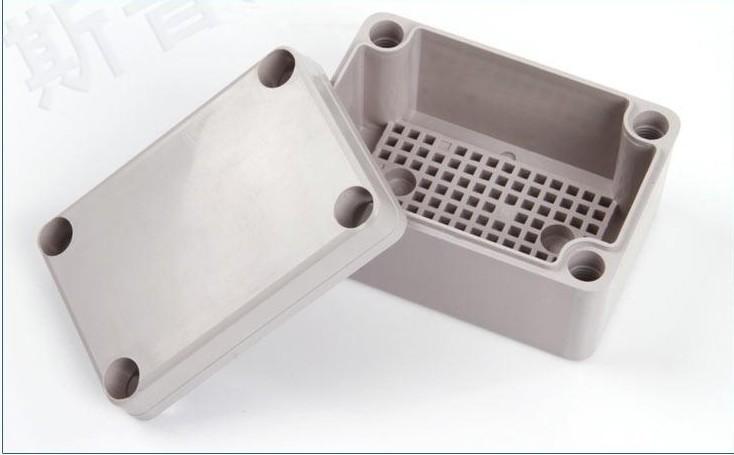 用途 防水接线盒分线箱主要适用于室内、室外电气、通信、消防设备、钢铁冶炼,石 油化工,电子、电力,铁路,建筑工地,矿山,采矿场,机场,宾馆,船舶、大型工厂、沿海工厂、卸货码头设备、污废水处理设施、环境公害设施等。 材质 选用台湾进口的新料,优质的热塑性塑料ABS或(PC)聚碳酸酯,或者可以按客户的要求来先择材料,可订做阻燃料,防紫外线材料,上盖有透明与不透明两种形式(材料 无腐蚀性,防静电,绝缘性佳) 箱体厚度 盒体*薄处平均厚度3mm,重要部位厚度加强(不会变形),冲击强度IK07(压不碎) ;阻燃等级
