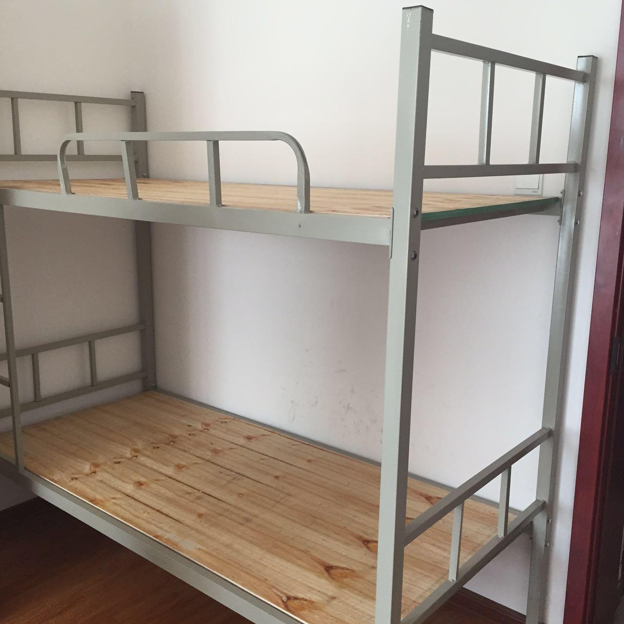 河南来往床业,郑州来往到家配送,上下床,上下铺,高低床,折叠床。 来往到家免费配送,来往床业承诺:同等质量(厚度,强度),同等服务内容(送货,安装)条件下价格比我们低的我们给客户补差价,低多少补多少。质保2年免费更换。 上下床材料如下: 1.上下床外形:长2000mm,宽900mm,高1750mm(床顶到地面)蚊帐杆两头为半径25mm圆弧,蚊帐杆高度1100mm。 2、上下床床板:全新厂家直销纯木板,压缩板,直接耐用无异味。 3、上下床架子:灰色喷漆抛光,床框40*4标准钢角,床档两根25*25*1.