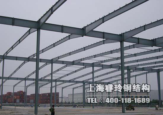 """钢结构-抗震性   低层的屋面大都为坡屋面,因此屋面结构基本上采用的是由冷弯型钢构件做成的三角型屋架体系,轻钢构件在封完结构性板材及石膏板之后,形成了非常坚固的""""板肋结构体系"""",这种结构体系有着更强的抗震及抵抗水平荷载的能力,适用于抗震烈度为8度以上的地区。 钢结构-抗风性   轻型钢结构建筑重量轻、强度高、整体刚性好、变形能力强。建筑物自重仅是砖混结构的五分之一,可抵抗每秒70米的飓风,使生命财产能得到有效的保护。河南郑州钢结构工程案例 钢结构工程案例 钢结构工程图片 钢结构-耐久性"""