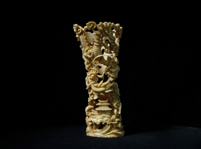 其一,骨雕用料多是由磷酸钙和有机体组成的动物骨骼,温度不稳定容易