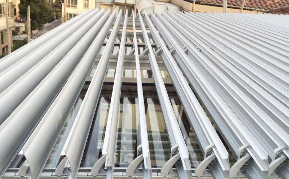 中帘88E欧式电动翻页式百叶 产品简介:中帘88E 百叶面板采用优质铝合金板材为基材,再经过数控折弯等技术成型单层铝合金叶片,根据需要可使用不同厚度,宽度的叶片,不同的开孔率保证一定的透光率和不同 的遮阳效果。欧式百叶遮阳系统采用高强度88E铝合金叶片,叶片呈弧形,叶片分为电动和固定两种,电动可调角度在0-105,可水平和垂直安装.