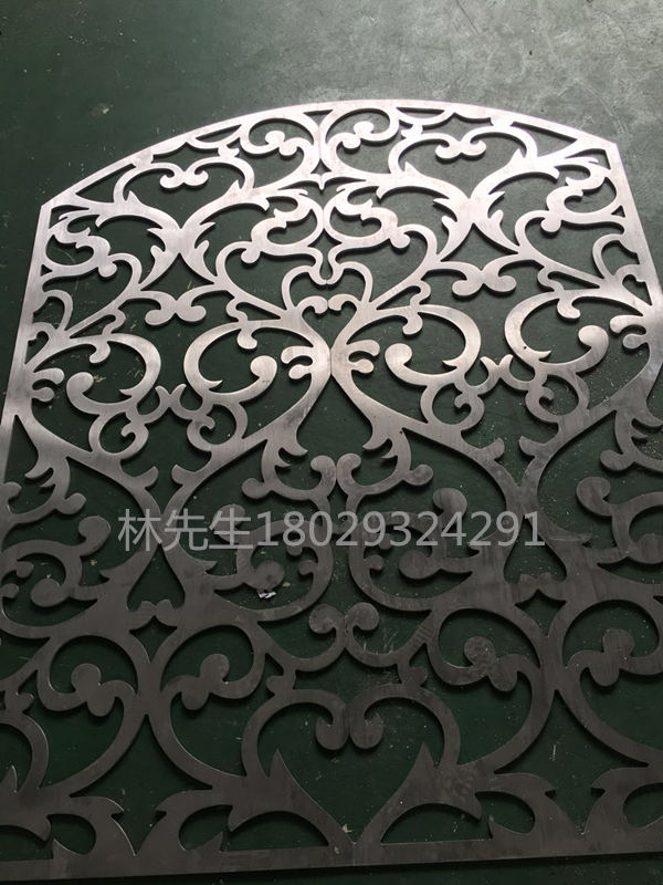 中式屏风无疑是在屏风这个传统工艺中不可缺少的重要不可或缺的部分,但是铝雕花现代屏风 欧式屏风也不可小看。 铝雕花现代屏风 欧式屏风适应出现的别墅洋房的样式和欧式的装修风格,采用质量轻抗氧化性强的合金铝,合金铝材料符合现在人们对轻型铝产品使用比例加重的大势倾向。