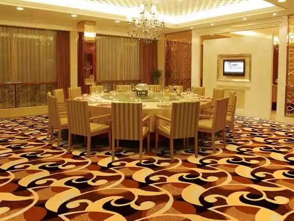 酒店地毯按使用区域主要分为客房地毯,走廊地毯,餐厅地毯,宴会厅地毯等。 酒店地毯中客房地毯,颜色主要以暖色调为主,因为 暖色调地毯可以给人一种安静祥和的感觉,可以帮助客人更容易得到更好的休息。图案应该尽量选择能够与整体装修风格搭配的图案。 青岛酒店包房地毯在选择时,要与酒店色调设计相统一,能够改变环境的情调和气氛,给不同场合带来活力,可以用来减弱、加强或者配合装饰情调的和谐。含有黄色、红色色系的地毯能使房问感觉舒适和温馨减少大房间单调、空旷的感觉.