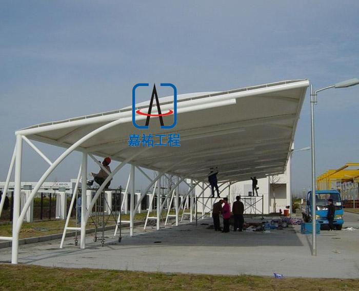 苏州嘉祐工程是一家专业生产制作加工、建造钢结构车棚雨棚、膜结构车棚、阳光板雨棚、耐力板雨棚、工程广告围挡、轻钢结构广告牌、房地产楼盘围挡、市政围挡制作安装轻钢结构厂房、钢平台、车间仓库,钢结构楼梯的钢结构公司。专业分包队伍人员充足,在国内的市场愈显饱和的情况下,公司依然凭借强硬的质量及良好的口碑,成为本地区行业的一匹黑马,嘉祐工程先后承接了中梁地产、中国核建、吉威斯、芬丘奇、中铁十七局苏州项目等重要工程,得到业主和各级主管部门的认可和高度赞扬。 钢结构车库雨棚产品详细: 主梁:工字钢、H型钢、圆钢、镀锌管