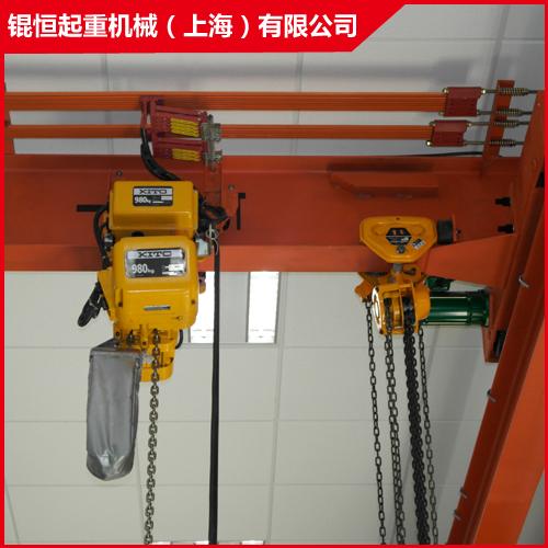 是直接安装在厂房房顶结构梁上,无需安装纵向承载梁和起重机运行轨道.