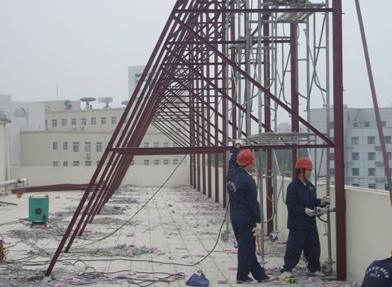 济南钢结构公司介绍钢结构住宅的发展原则,小编给大家总结一下。传统钢结构住宅重结构、轻建筑、无内装,并存在着用钢量大、梁柱室内外凸、建筑功能不完善以及标准化程度不高等缺点。以建筑功能为核心,建筑设计要满足居住功能,提供高品质的使用体验。主体以框架为单元展开,尽量统一柱网的开间、进深,户型设计及功能布局应考虑抗侧力构件的设置,实现空间合理可变。以结构布置为基础,选择成熟可靠的结构体系,在满足建筑功能的前提下优化钢结构布置,既要满足大空间布置要求,也要严格控制造价,同时降低施工难度,并结合内装解决钢结构防护问