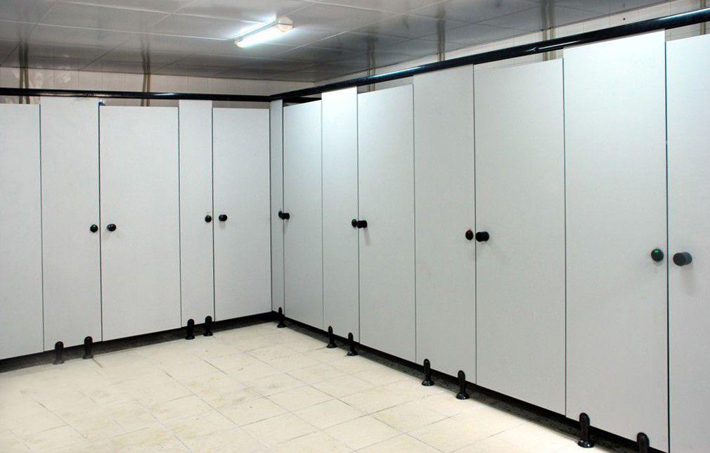 抗倍特板是近年来新兴的卫浴隔断,全称为三聚氰胺抗倍特板,厚度为12mm,主要是装饰色纸(含浸三聚氰胺),加上多层黑色或褐色的牛皮纸(含浸),经过150高温高压,压制而成。抗倍特板是极其耐用的高压建筑装饰材料。板材能承受撞击,坚韧、持久、稳定,无毒无污染,安全卫生。