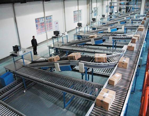 快递分拣线-皮带输送机是输送各类快递物流件(如:袋装文件、箱装物件、袋装货物等)的流水线输送设备。它可以在*短的时间内将货物卸下,并按货物的品种、货主、储位等进行快速准确的分类,并将这些货物运送到指定地点。货物重量*大不超过150千克/件,尺寸不超过1000*1000*1000mm;*小货物重量不低于0.