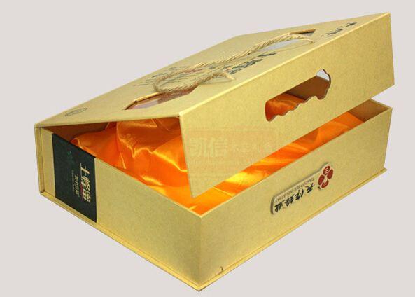 郑州礼品盒包装,高档密度板香油礼品盒包装厂,香油礼品盒生产厂家,郑州礼品盒厂 郑州包装箱厂资金技术力量雄厚,采用先进的设备流水线,使纸板的定型十分稳定,产品具有绿色环保,水分稳定,挺度好,不易变形、纸幅平整、纸面光滑等。广泛用于酒盒、月饼盒、茶叶盒、服装盒、化妆品盒、工艺礼品盒等各种包装盒的制作及箱包、相册画册、日历台历、精装书画等产品的制作。 多年来,承蒙社会各界人士的信赖与支持,郑州水果包装箱公司 郑州礼品盒厂始终坚持务实、创新、优质、价廉的经营理念,以周密的市场调查为依据、先进专业的设备为基础、专业