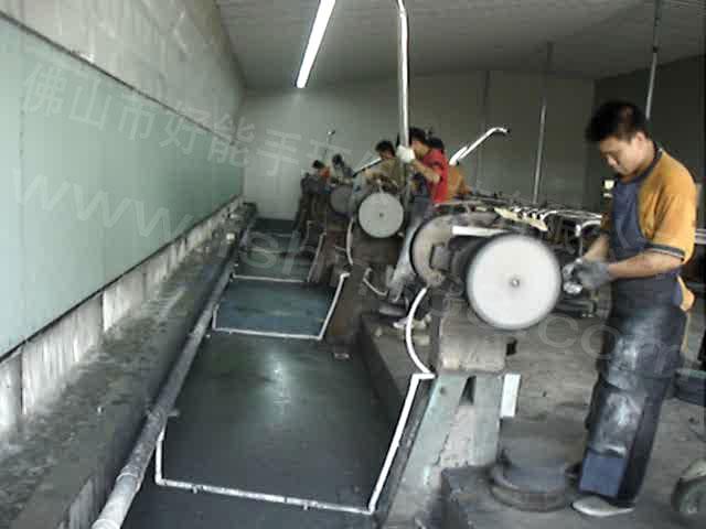 五金打磨抛光除尘设备概述: 一、在打磨抛光作业过程中,由于受诱导气流的影响会产生粉尘的飞散现象,如果没有专用的设备防护措施 ,这些粉尘将直接被操作工人吸进肺里,严重危害了工人的健康。因此必需在上述工作区域配备高效的净 化设备为工作区域提供清洁的空气。在上述工作区域直接进行粉尘的吸收,净化处理是当前治理环境污染* 有效的方法,不仅对操作者起到了保护健康的作用,而且保护环境。 二、本设备采用先进的车间整体换气方式,使车间粉尘完全处理于受控状态,被迅速抽离工作区域,大面积、 单方向、无死角、不打转、彻底改变粉尘