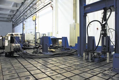 该机是用于对汽车或轨道客车构件进行疲劳试验的通用设备,采用电液伺服技术,微机自动控制,通过四个作动器组合加载。该设备具有操作方便灵活、安全可靠、控制波形种类多、测量精度高、响应快等特点,可用于各种汽车构件的疲劳试验,还可广泛应用于机械工业、建筑行业、车辆、飞机制造业的零部件的疲劳试验。