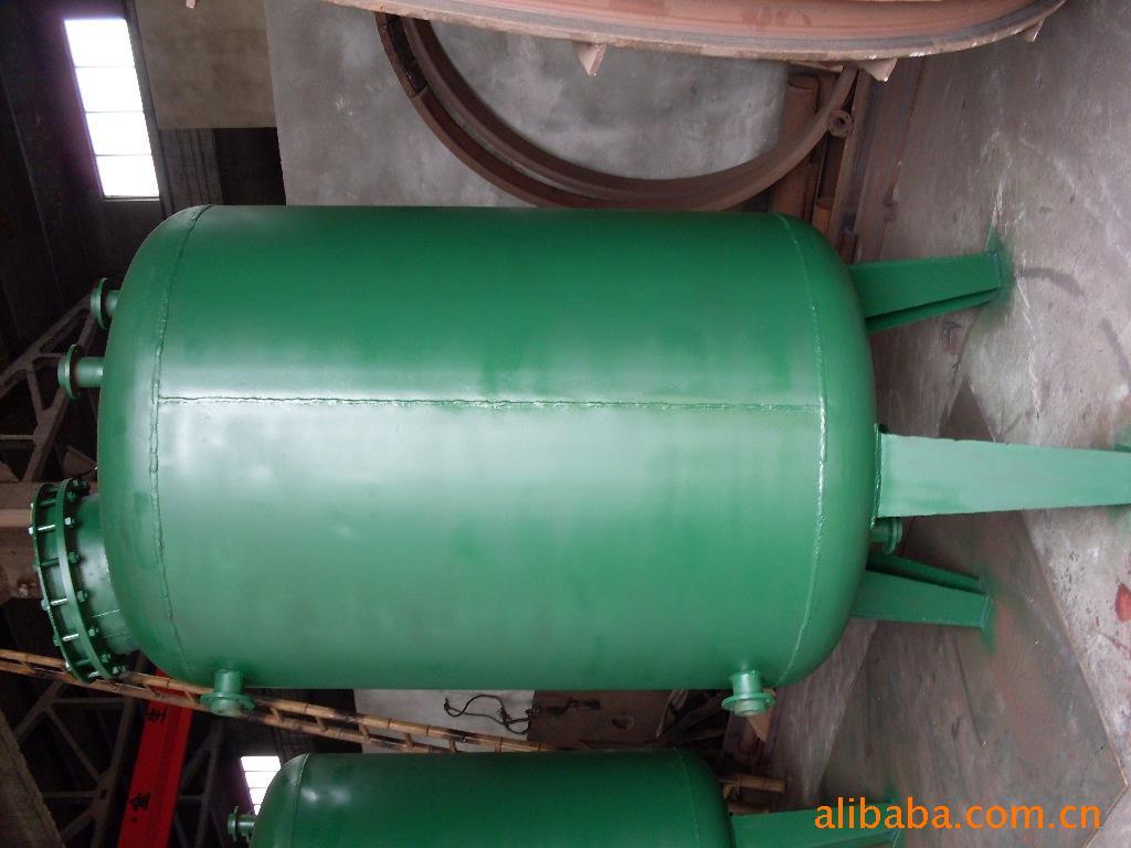 立式钢衬塑储罐由桶身,平底,封头,人孔,进料口法兰,出料口法兰和液位图片