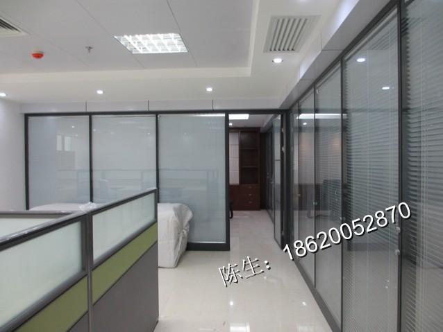 高隔间又叫高隔断、高隔墙、铝合金玻璃隔断,是一种到顶的、可完全划分空间的隔墙。 专业型的高隔断墙,不仅能实现传统的空间分隔的功能,而且在采光、隔音、防火、环保、易安装、可重复利用、可批量生产等特点上明显优于传统隔墙。   高隔间不仅可应用于办公室;它在博览场馆、展览场馆、 大中小型会议室 、多功能厅、星级宾馆酒店、机关办公楼、商务写字楼、高档别墅、 高等院校、银行、医院以及大型企业单元控制室、集中控制室、精细加工车间。只是目前批量生产的厂家,大多紧盯着办公室装修市场,所以商家习惯把办公高隔间统称为高隔间。