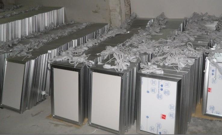 产品名称:单面翻盖超薄灯箱(大型材) 配件材料:大部光学导光板、国标超薄灯箱专用铝材、T4灯管、电子镇流器,电源插头,亚克力面板 KT背板、国标五金配件等 型材颜色处理:闪银色、亚黑色、咖啡色、纯金色、瓷白色 结构方式:45拼角,单面四边开启 铝材盖宽6.0cm 灯箱整体厚度4.