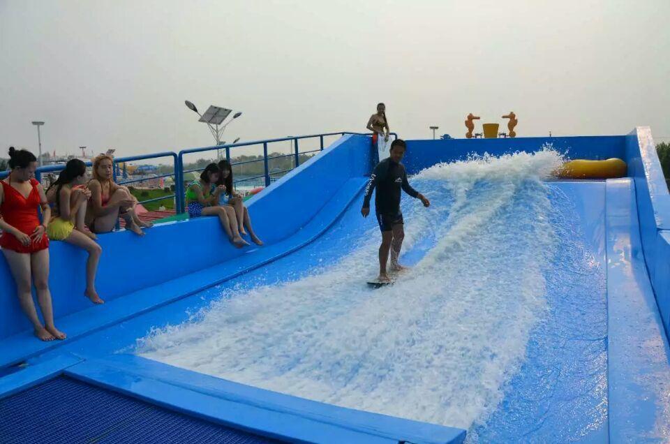 滑板冲浪器,又称人工冲浪,让远离大海的人想去冲浪变成现实,它又不像你坐水上滑梯连续坐几次,你会觉得剌激疲劳再无新鲜感,而滑板冲浪能够瞬间提高冲浪剌激快感,模拟在大海中乘风破浪的感觉,但无在海中的凶险。 规格有:单人:5米*16米和双人10米*16米两种规格,占地小。