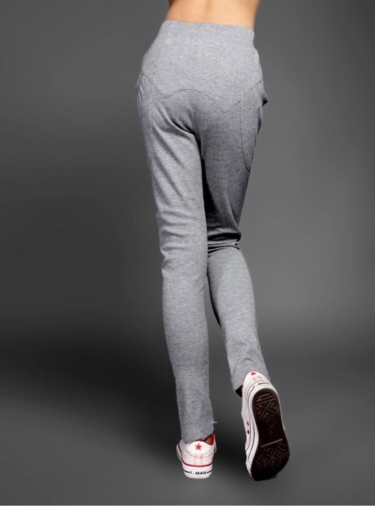 中灰色运动针织长裤搭配什么鞋