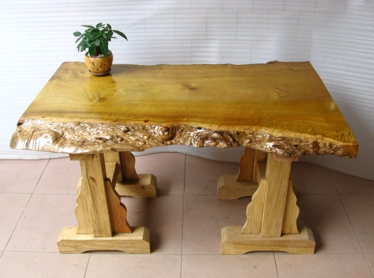 该套家具完全依据树根原有造型雕刻,整料无拼接,无修补,金丝多,主盘