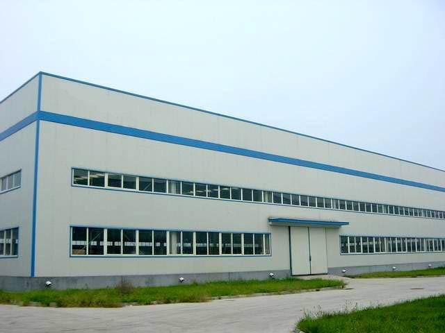 吉林省中兴彩板钢构有限公司,是一个以新型建筑材料彩板建材为主,集生产、销售、安装服务为一体的专业性企业。   公司占地面积10000多平方米,建筑面积近5000平方米,年生产、安装能力可达500万平方米。   公司拥有国内先进的彩板生产设备20多台套,主要产品有各种彩钢压型板、岩棉复合板,玻璃丝棉板,彩钢轻质夹心板、彩钢拱型层面、彩板门窗、轻钢结构、建筑围挡、采光板等7大系列,50多个品种的生产销售和安装,产品广泛用于大型工业厂房,民用住宅及商业用建筑,并在国内首家采用进口金属漆彩钢板,应用在长春高档小