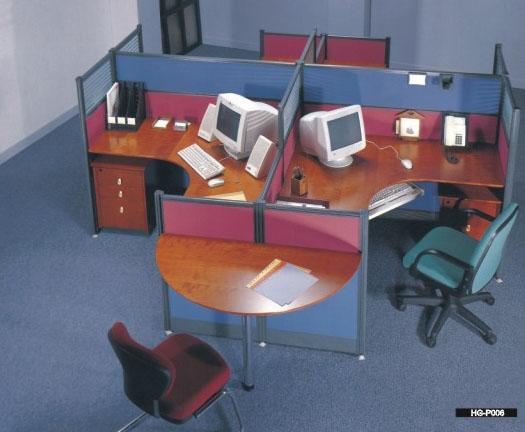 供应深圳办公家具厂深圳办公家具办公屏风的空间利用及布置 办公室屏风的空间利用 办公室屏风是利用视觉的不同程度阻隔,可合理地、有效地充分利用有限空间,科学组合各个独立工作位,屏风使得单位空间的利用率有效提高,而且还能创造舒适的工作环境。办公室屏风可与多款式、多种型号之鸭嘴台面组合接拼,办公室屏风并可与各种抽屉、文件柜配合,从而节约装修费用,降低工程成本。办公室屏风的尺寸可根据客户要求定做。 屏风的布置要注意   1、应与建筑结构相呼应,有机地结合起来。合理而有效地利用空间,使办公空间的效益*大化,因地制宜,