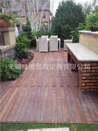 别墅阳台木护栏风景