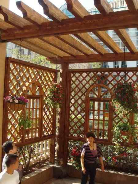 产品主要有楼顶花园设计施工,防腐木花架,防腐木凉亭,防腐木花箱等